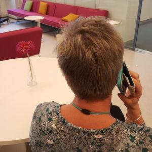 Kvinna ringer med mobiltelefon