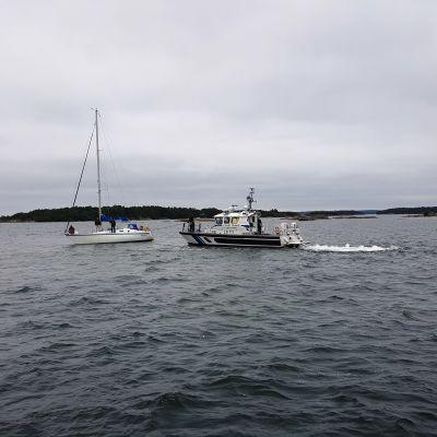 En segelbåt i hitis bogseras av sjöräddningen.