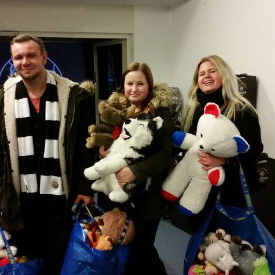 Jakob Sundqvist, Cassandra Lehmus och Sofia Klemetti efter teddybjörnsregnet i Åbohallen, november 2015.