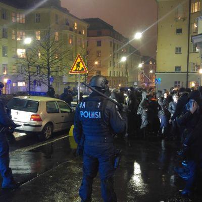 Polisen har omringar anarkisterna