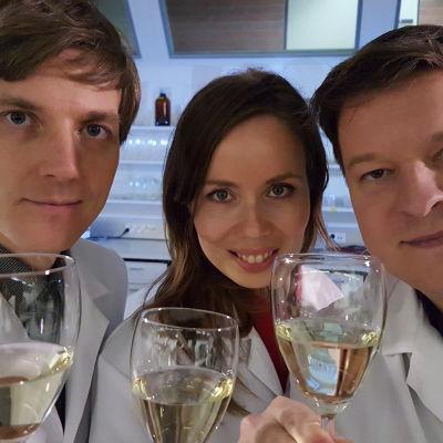 Prisma Studion viiniraati kemisti Veli-Matti Ikävalko, toimittaja Henna-Leena Kallio ja viiniasiantuntija Ilkka Sirén