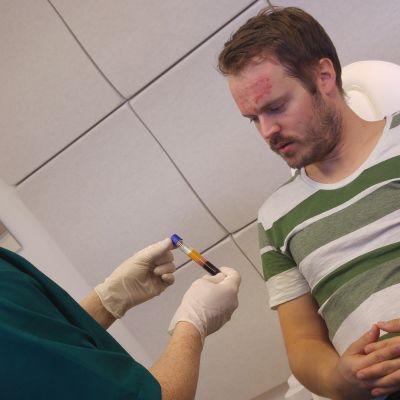 Läkaren visar ett provrör med plodplasma