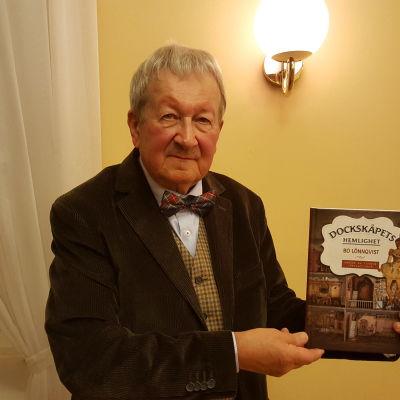 """Författaren Bo Lönnqvist presenterar sin bok """"Dockskåpets hemlighet""""."""