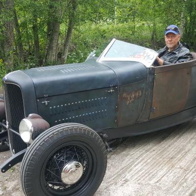 Jussi Suurinkeroinen istuu Ford Roadsterin kyydissä