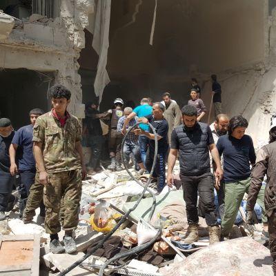 Aleppon kapinallisalueella siivottiin pommitusten jälkiä huhtikuussa.