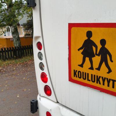Koulukyyti-kyltti bussin takana