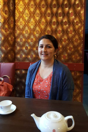 Bahar Mozaffari dricker jasminte på en kinesisk restaurang