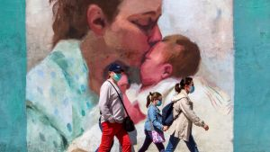 Familj på promenad i Oviedo i norra Spanien 17.5.2020