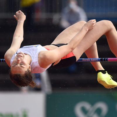 Ella Junnila i luften under en höjdtävling.