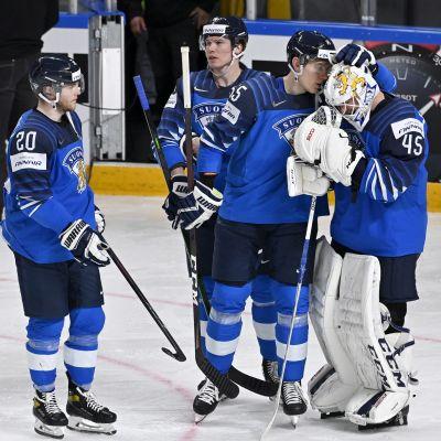 Suomen Atte Ohtamaa lohdutti maalivahti Jussi Olkinuoraa finaalitappion jälkeen.