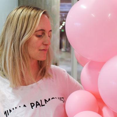 Minna Palmqvist med ett knippe rosa ballonger