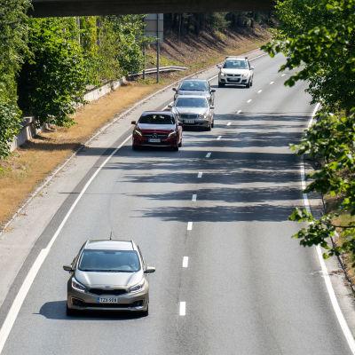Liikennettä Kekkosentiellä Tampereella.