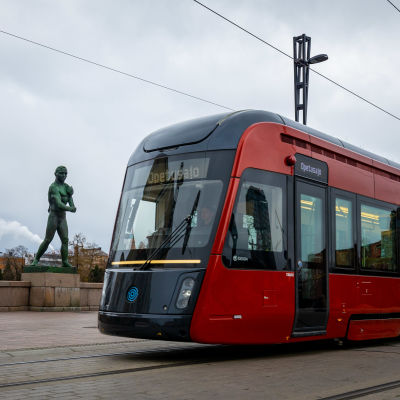 Röd spårvagn i Tammerfors.