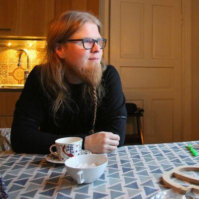 Maanviljelijä Heikki Huhtanen Loimaalta opiskelee koodausta Hive Helsinki -koulussa.
