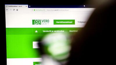 En person sitter framför en dator där man ser hemsidan vero.fi, alltså Skatteförvaltningens webbsida.