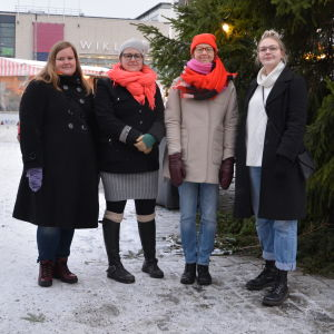 Fyra unga kvinnor på Åbo salutorg ska demonstrera mot våldet mot kvinnor.
