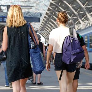 Två kvinnor vid en järnvägsstation.