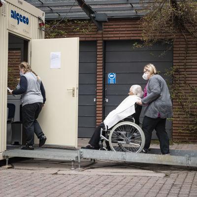 Hoitajat tuovat Ritva Keltasta tapaamiseen poikiensa kanssa.