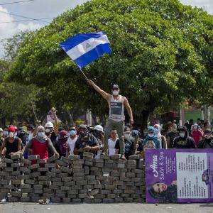 En av de barrikader som unga demonstranter byggde i huvudstaden Managua på lördagen.
