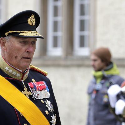Norges kung harald införd uniform med medaljer.
