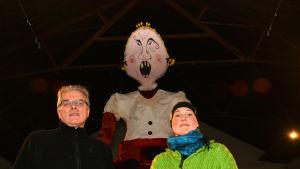 Julian Garner och Anna Luhtasela med CulturaMobilas Skedgudinna vid ljusfesten i Fiskars