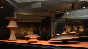 Fantasifulla former av keramikkonstnären Kyllikki Salmenhaara i Fiskars