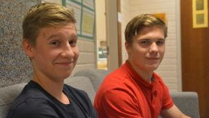 Simon Kinnunen och Benjamin Källman i Ekenäs gymnasium.