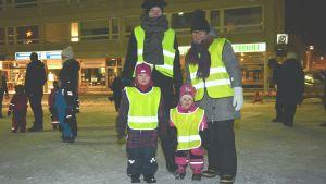 Familj har kommit ut för att fira Tjugondag Knut på torget i Ekenäs.