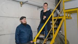 Trappan behövs i destilleriet berättar Jari Leinonen och Susanna Kankare i Fiskars.