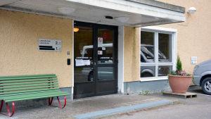 Ingången till laboratoriet i Ekenäs sjukhus.