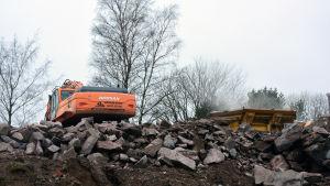 En grävmaskin på ett byggområde.