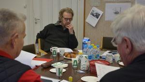 Regissören Erik Pöysti lyssnar till översättare och militärt sakkunniga