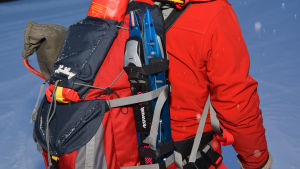 En ryggsäck fungerar också som flytväst åt långfärdsskridskoåkare.