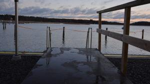 Bryggan till Ingåbornas vinterbadplats i småbåtshamnen i kyrkbyn.