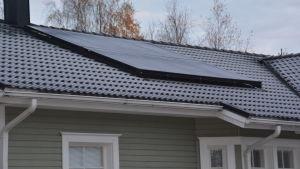 Solpanel på hustak.
