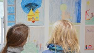 Elever från Mikaelskolan i Ekenäs ställer ut teckningar vid VNS på temat energispar