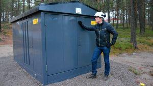 Ekenäs energis vd Frank Hoverfelt vid en transformator.