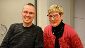 De glada men frusna fredagssnackarna Dan Idman och Lea Adolfsson.