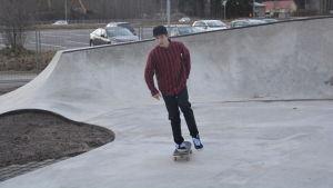 Axel Enckell testar nya skejtparken i Karis