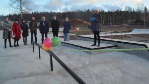 Unicefs Mirella Huttunen vid invigningen av skejtparken i Karis 11.12.2015