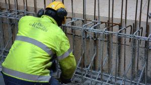 En arbetare jobbar med att gjuta på en byggarbetsplats