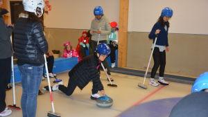 Kinesiska gäster spelar curling i Kisakallio i Lojo.
