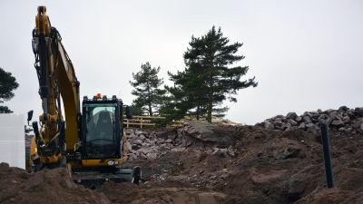 Obemannad grävmaskin på ett arbetsområde