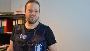 Äldre kriminalkonstapel Bjarne Holmström vid Raseborgspolisen.