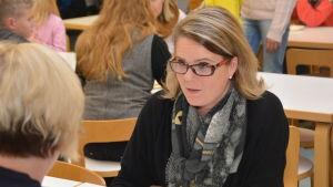 Monica Lemberg (SFP) är rektor för Källhagens skola i Virkby. Här provsmakar hon Köökkis mat.