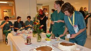 Personalen fick tårta och kaffe då sjukhuset firade baby friendly-certifikatet.
