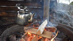 Kaffepanna över eld.