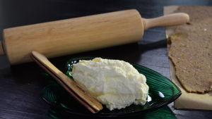 Hemgjort smörspread på ett fat i ett kök