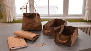 Olika saker sydda av korktyg och pappersläder.