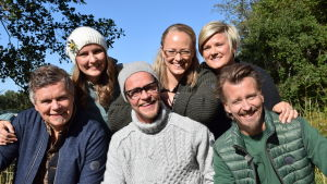 Fem personer från Strömsö ler ute i vårsolen.
